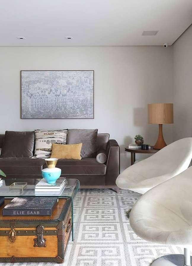 26. Objetos de decoração para sala de estar com abajur de madeira e poltrona moderna – Foto: Karen Pisacane