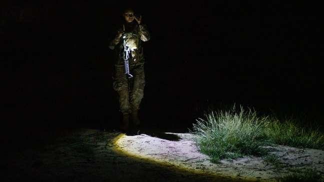 Agente do órgão americano de Alfândega e Controle de Fronteira patrulha área no Texas pela qual costumam passar imigrantes sem documentação