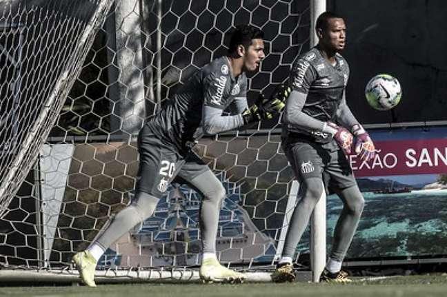 João Paulo e John ainda não defenderam pênaltis no Brasileiro deste ano (Crédito: Ivan Storti/SantosFC)