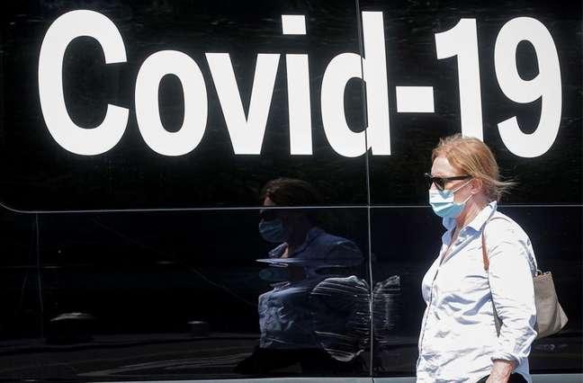 Mulher usando máscara de proteção passa por van de testes de Covid-19 em Nova York, EUA  22/07/2021 REUTERS/Brendan McDermid