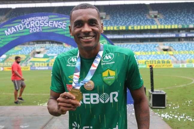 Marllon foi campeão cuiabano com a camisa do Dourado, no primeiro semestre (Crédito: Ascom Cuiabá)