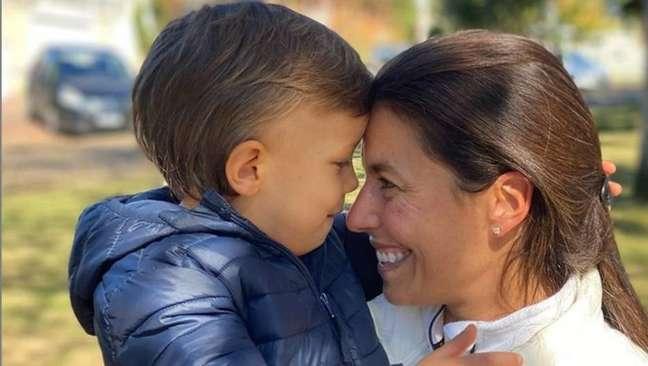 A velejadora Fernanda de Oliveira e o filho Arthur, de 4 anos