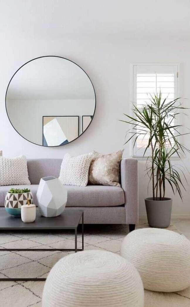 13. Objetos de decoração para sala clean decorada com espelho redondo e puff de crochê – Foto: Pinterest
