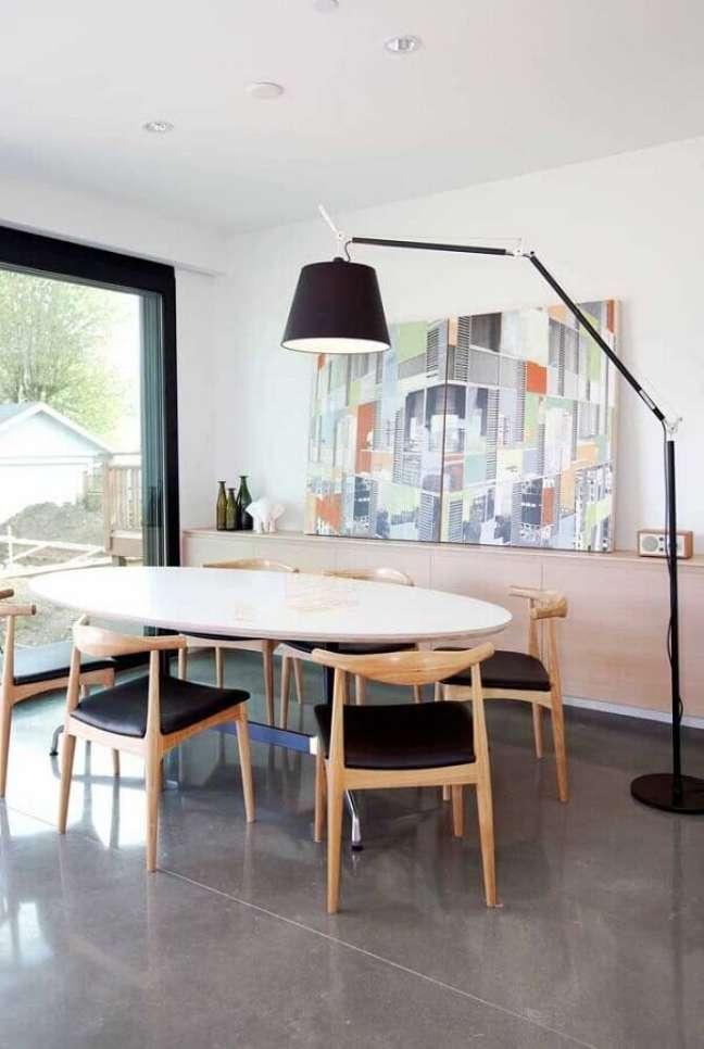 41. Objetos de decoração para sala de jantar decorada com mesa oval e quadro grande – Foto: Pinterest