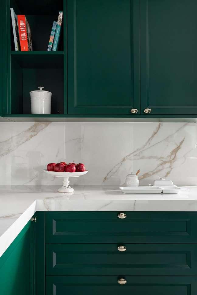9. A bancada de mármore extensa traz ainda mais charme e sofisticação no ambiente. Foto: Fellipe Lima