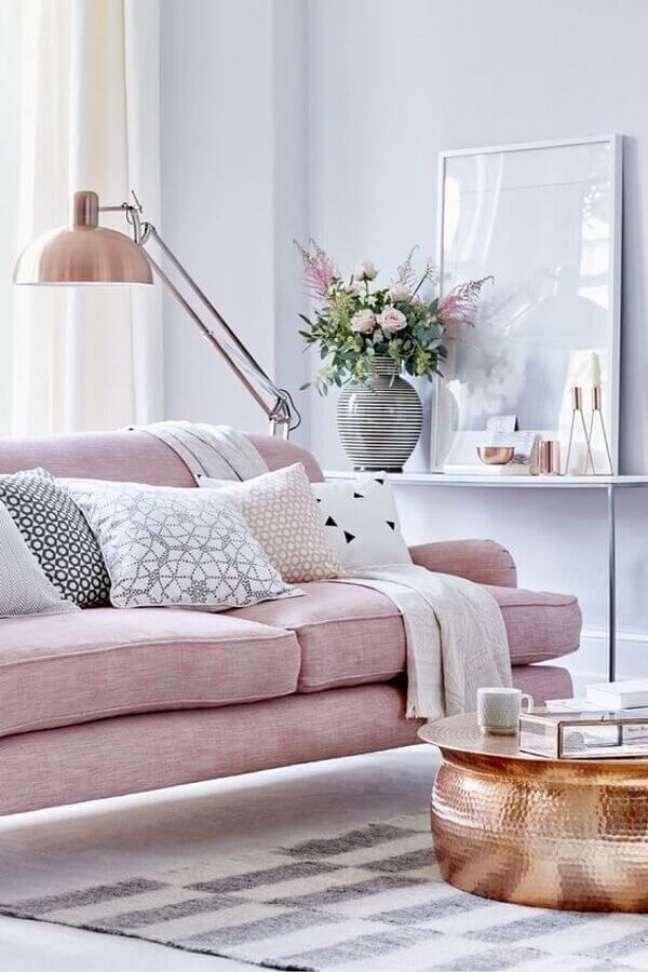 15. Objetos de decoração para aparador de sala com sofá rosa – Foto: Pinterest