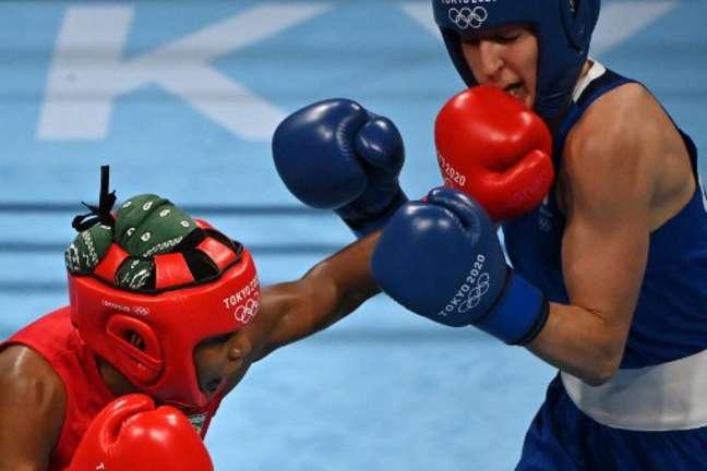 Jucielen Romeu, de vermelho, perdeu nas oitavas de final e está eliminada no boxe (Foto: LUIS ROBAYO / AFP)