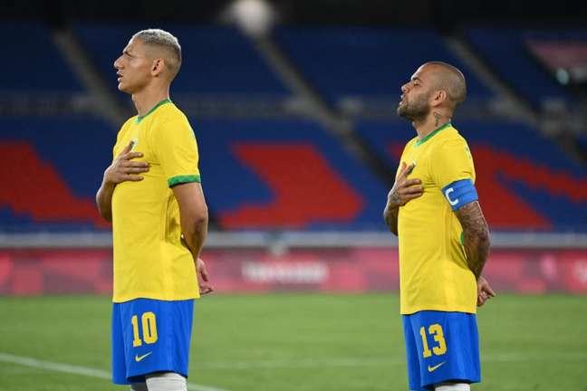 Daniel Alves ainda tem o sonho de disputar a Copa do Mundo do Qatar (Foto: DANIEL LEAL-OLIVAS / AFP)