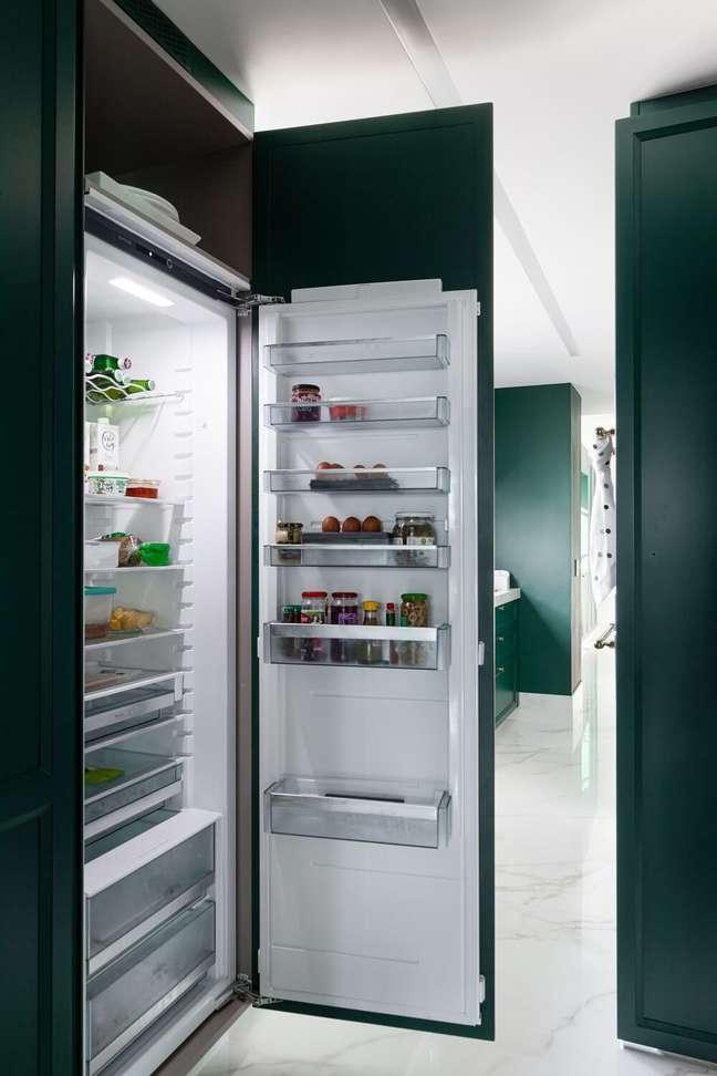 13. Ao abrir a porta, a geladeira sempre é uma surpresa para os familiares e amigos novatos no apê. Foto: Fellipe Lima