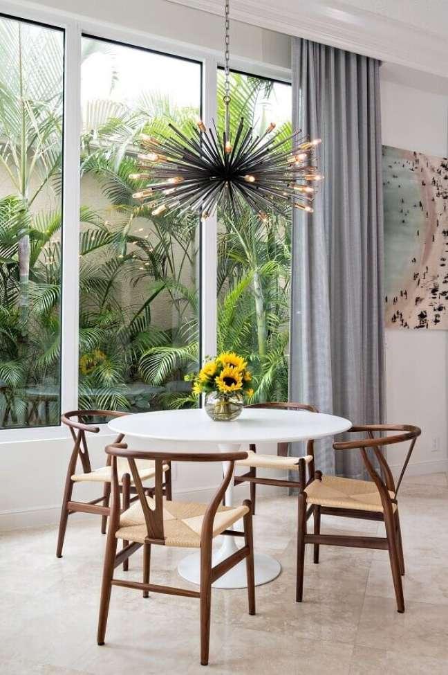 40. Objetos de decoração para sala de jantar decorada com lustre moderno para mesa redonda – Foto: Futurist Architecture