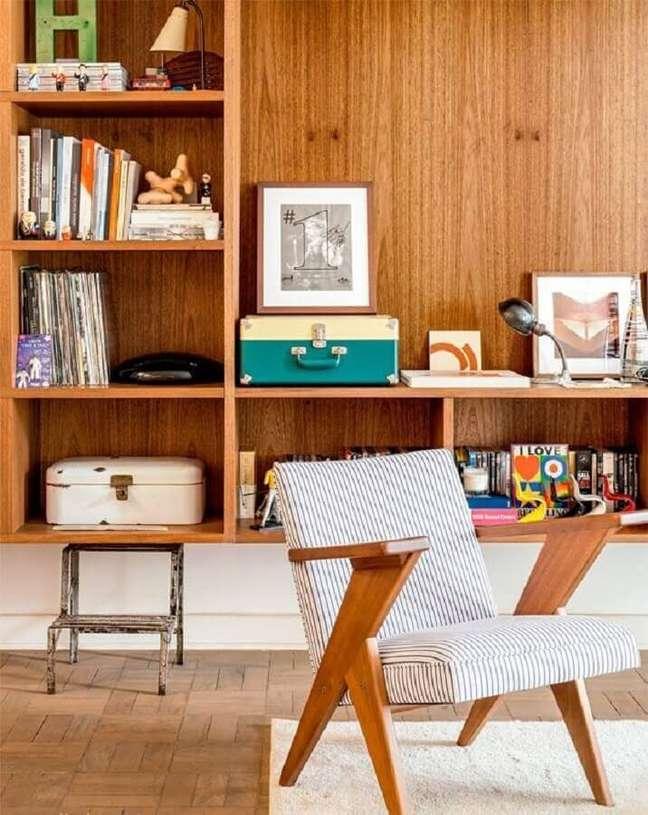 12. Vinil como objetos de decoração para estante de sala de madeira – Foto: Pinterest