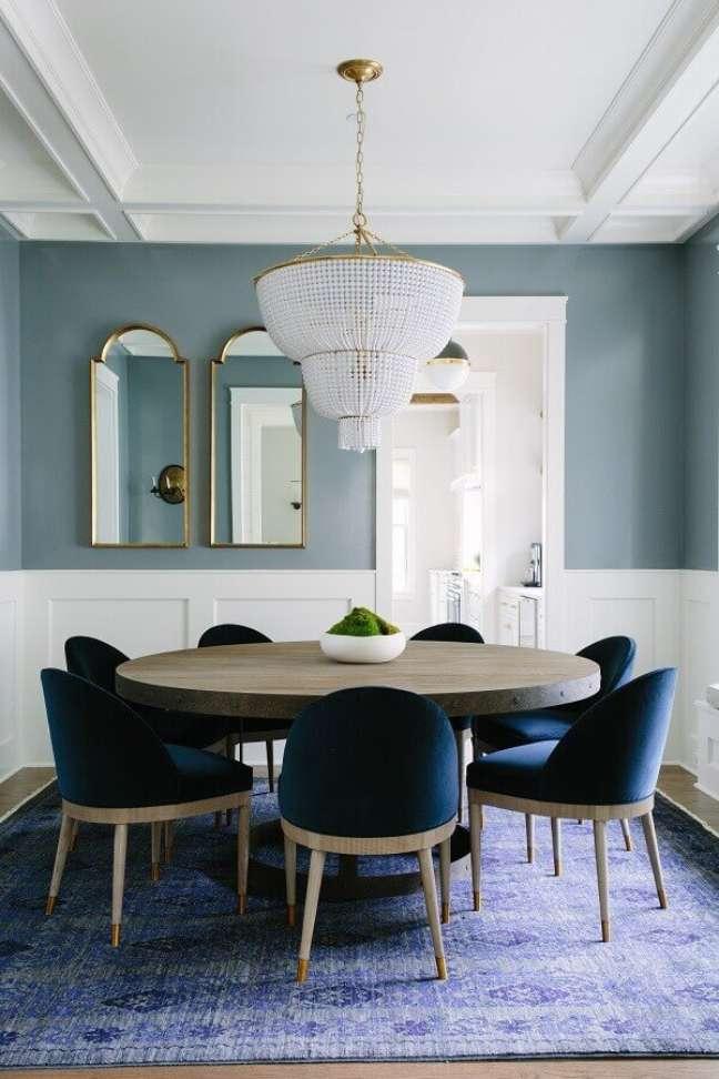 39. Objetos de decoração para sala de jantar decorada com lustre de cristal – Foto: Bar Stools Furniture