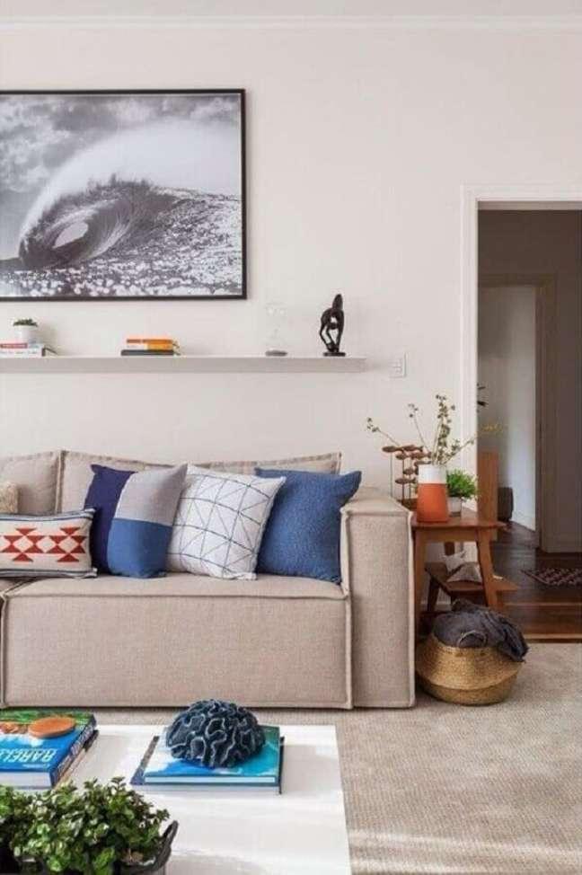 24. Objetos de decoração para sala clean com almofadas estampadas para sofá bege – Foto: Apartment Therapy