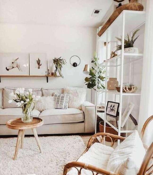 22. Objetos de decoração para sala branca com vasos de plantas em estante de ferro – Foto: Kimber Interiors