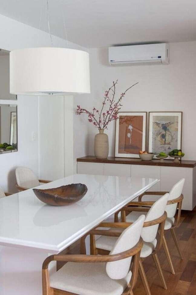 33. Objetos de decoração para sala de jantar branca decorada com cadeiras de madeira estofadas – Foto: Pinterest
