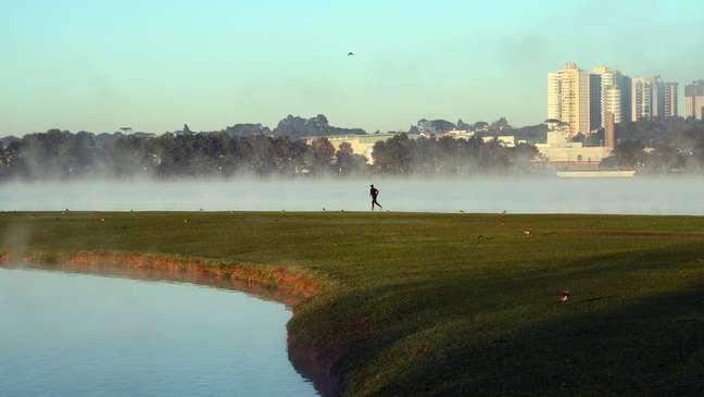 Pessoa corre em parte de Curitiba; capital paranaense esta entre cidades que devem registrar menor temperatura do ano