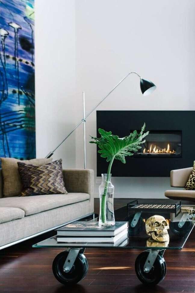 29. Objetos de decoração para sala de estar com lareira e luminária de piso – Foto: Futurist Architecture