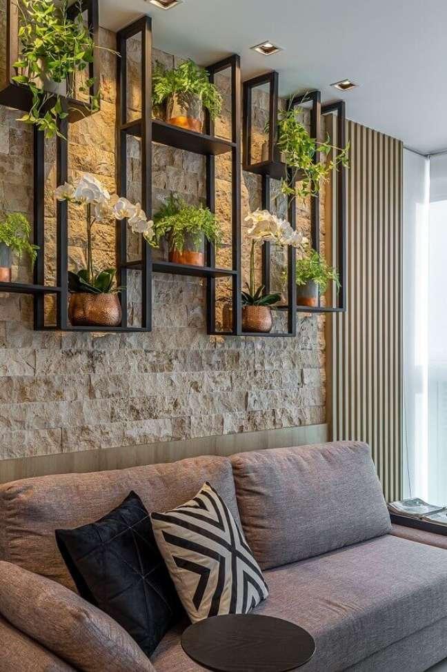 4. Objetos de decoração para sala com parede rústica e vasos de plantas e prateleira industrial – Foto: Jeito de Casa