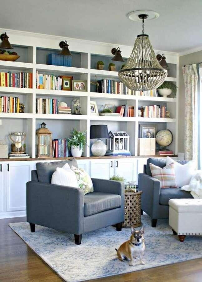 19. Objetos de decoração para estante de sala planejada com poltronas cinza – Foto: The Weathered Fox