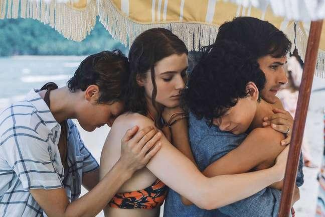Vicky Krieps, Thomasin McKenzie, Gael García Bernal e Luca Faustino Rodriguez em cena do filme 'Tempo' ('Old'), escrito e dirigido por M. Night Shyamalan