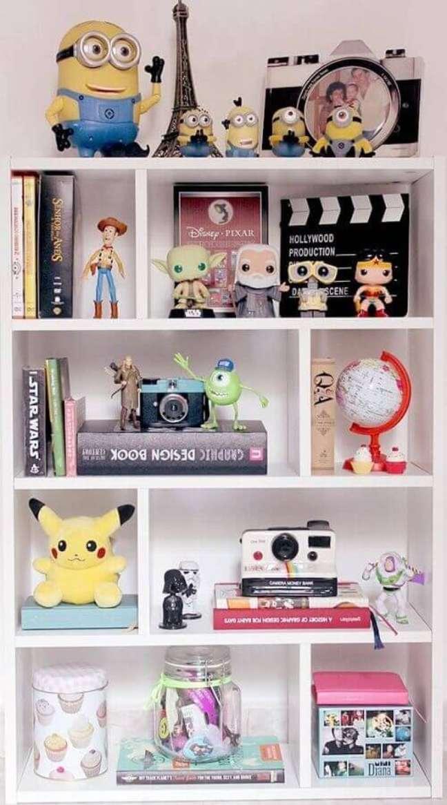 7. Objetos de decoração para estante de sala com action figures – Foto: Muito Chique