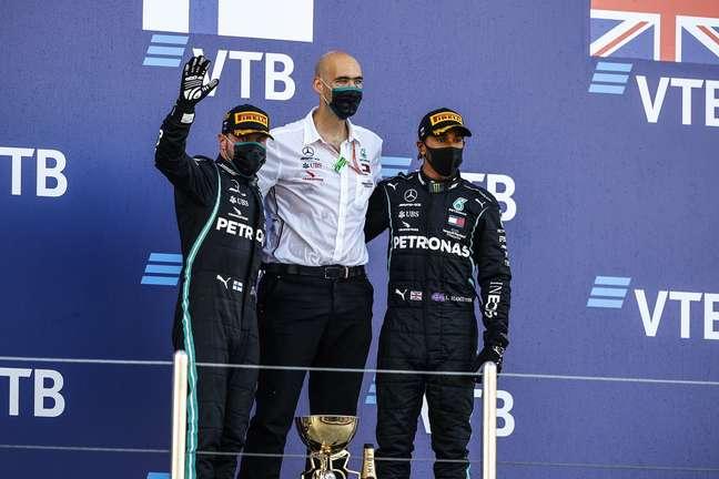 Valtteri Bottas, engenheiro da Mercedes e Lewis Hamilton no pódio em Sóchi