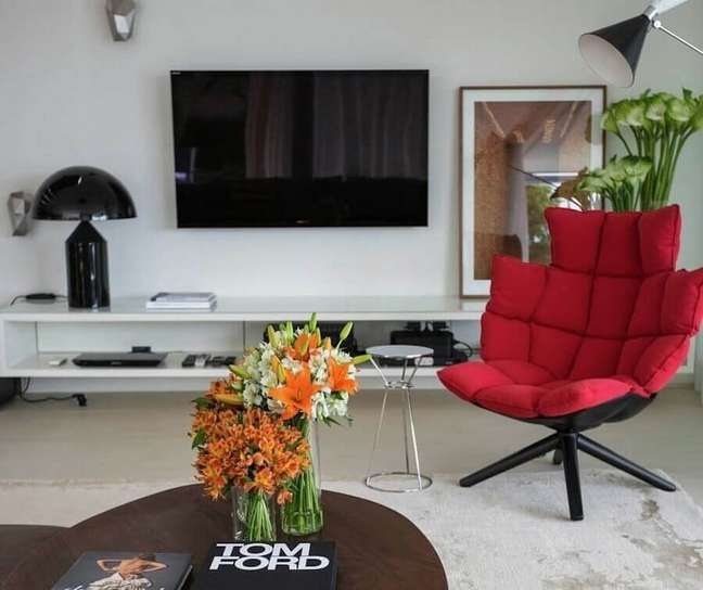 20. Objetos de decoração para rack sala de TV com poltrona vermelha – Foto: Fernanda Marques – Arquiteta