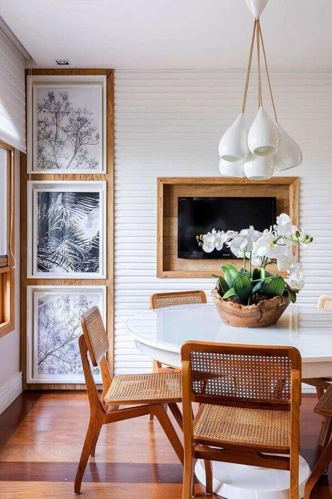 32. Objetos de decoração para sala de jantar branca com madeira – Foto: Pinterest