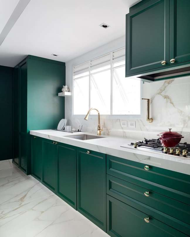 3. Para fugir da decoração tradicional, os arquitetos apostaram em uma cor ousada para compor o ambiente da cozinha. Foto: Fellipe Lima