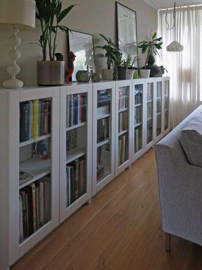 58. Objetos para decoração de sala com estante baixa com portas de vidro – Foto: Door Decorate