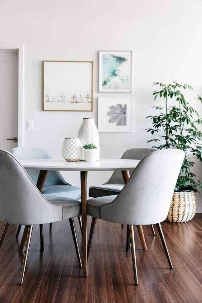 36. Objetos de decoração para sala de jantar clean decorada com vaso de chão e mesa redonda – Foto: Archtrends