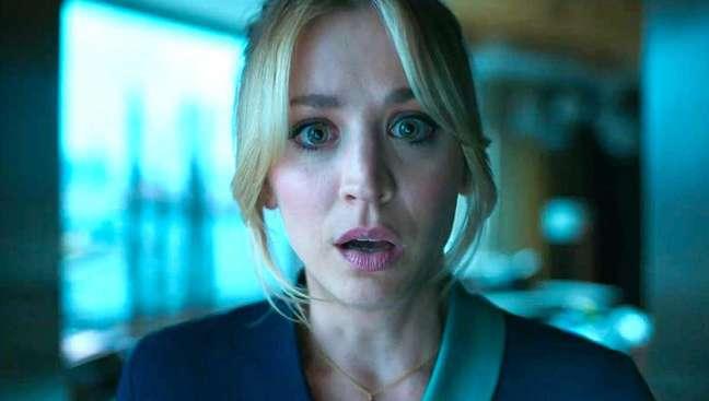 "Kaley Cuoco na série ""The Flight Attendant"", na HBO Max"
