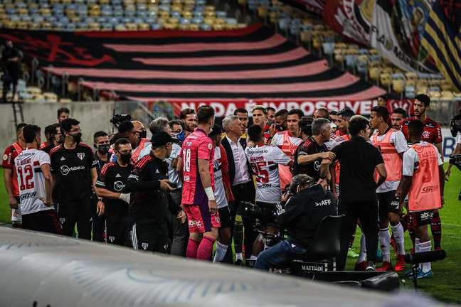 Confusão entre integrantes das comissões técnicas de Flamengo e São Paulo no Maracanã