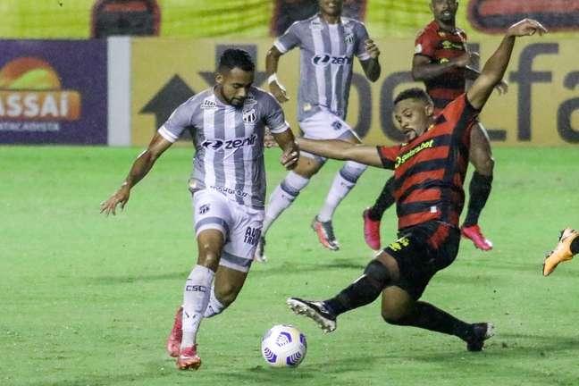 Sabino, do Sport, disputa pela bola com Airton, do Ceará, no jogo deste domingo