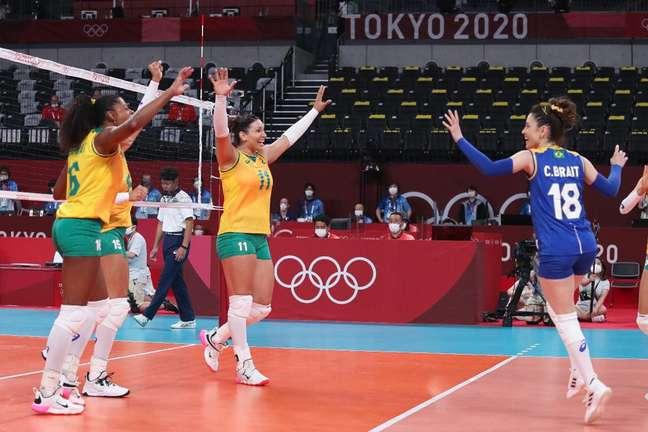 Jogadoras da Seleção feminina de vôlei comemoram ponto diante da Coréia do Sul Wander Roberto COB