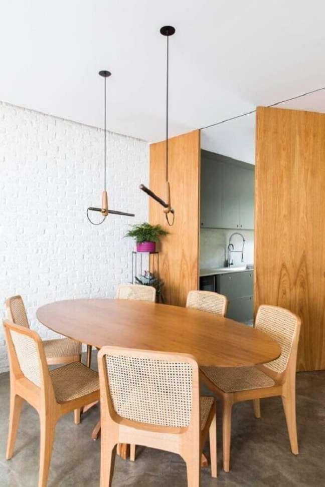 24. Decoração minimalista com mesa oval e luminária para sala de jantar moderna – Foto: Pinterest