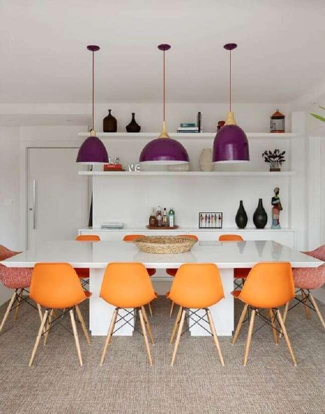 4. Luminária de teto roxa para sala de jantar branca decorada com cadeira laranja – Foto: Casa de Valentina