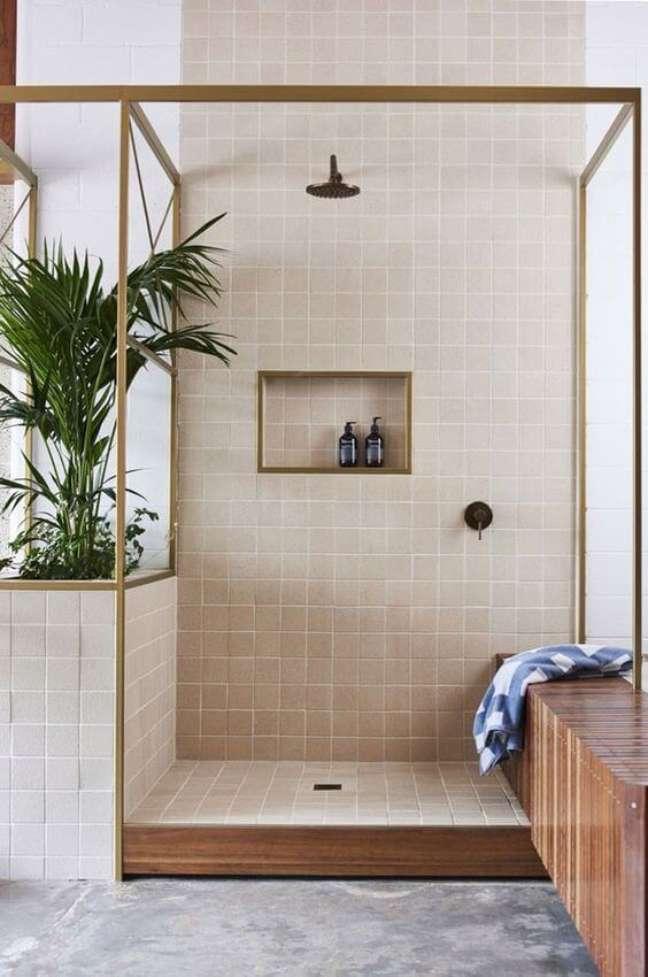 44. Banheiro com revestimento bege no nicho embutido – Foto Casa Vogue