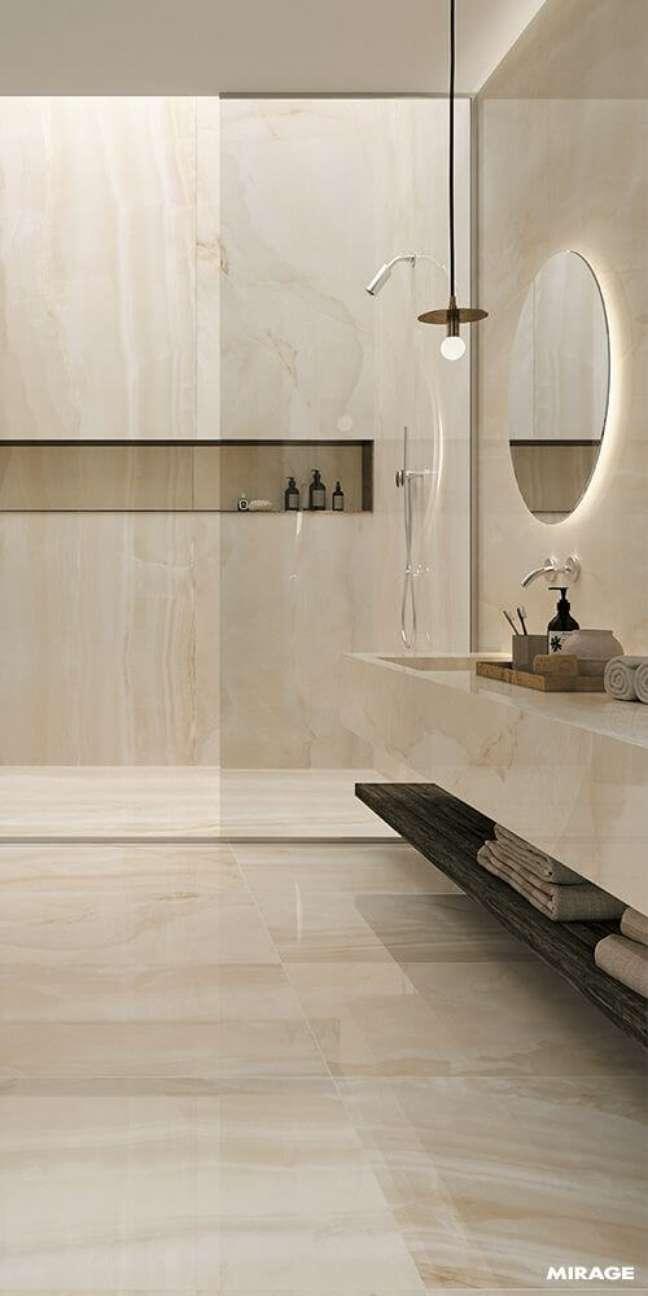 53. Banheiro sem janela com revestimento marmorizado no nicho de embutir – Foto Revista VD
