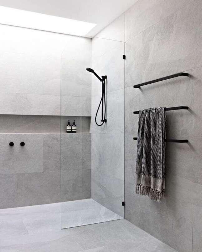 61. Nicho de embutir para banheiro com revestimento de cimento queimado – Foto Pinterest