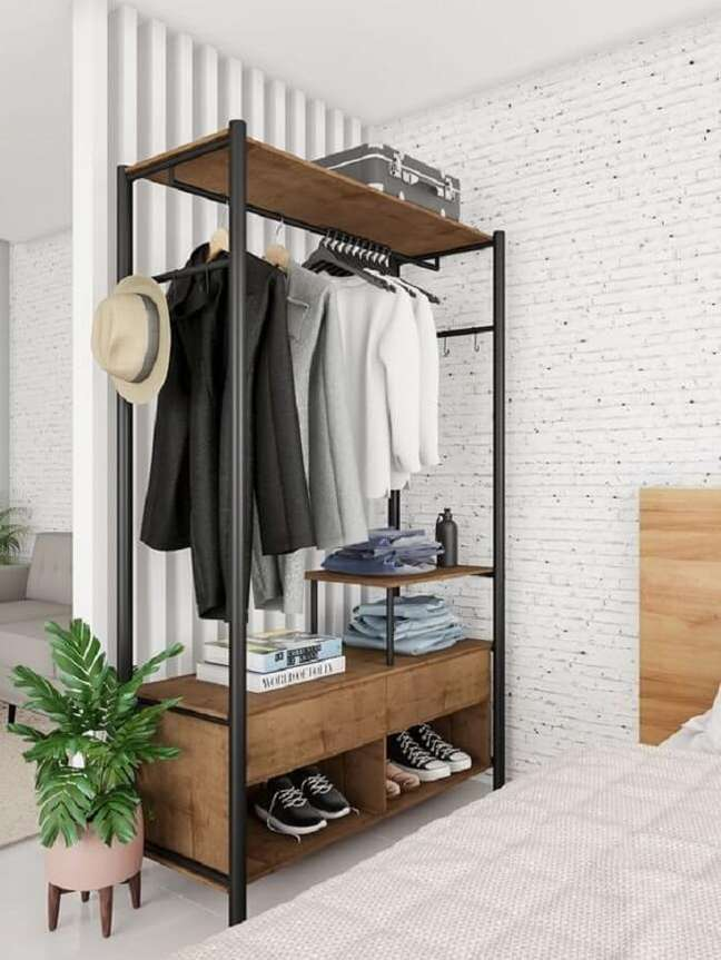 22. Arara de madeira com gaveta e nicho para sapatos. Fonte: Mobly