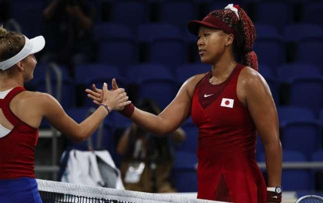 Naomi Osaka foi eliminada pela tcheca Marketa Vondrousova (esquerda)