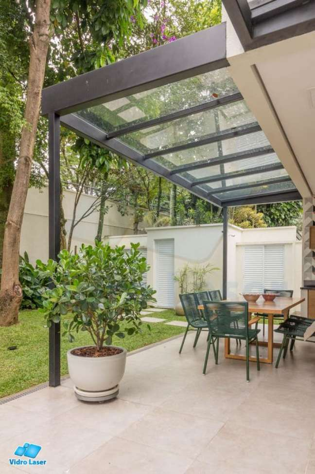 48. Toldo para varanda de policarbonato transparente para iluminar a mesa e proteger da chuva – Foto Vidro laser