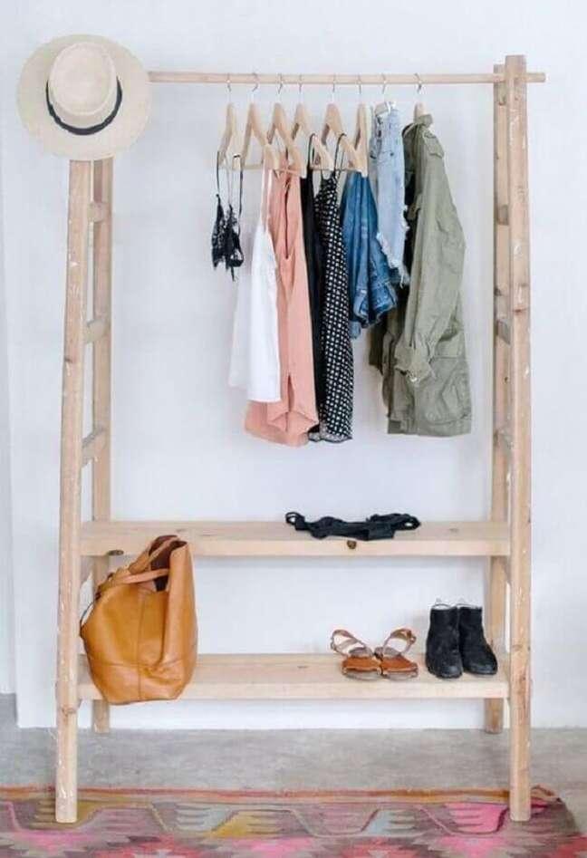 53. Modelo de arara de roupas de madeira. Fonte: Wild & Pine