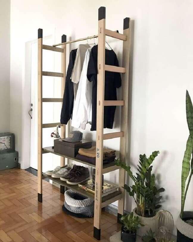 28. Arara de madeira feita com escada. Fonte: Do.edu