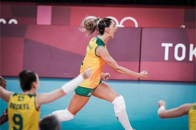 Carol Gattaz teve papel de destaque na vitória do Brasil (FIVB/DIVULGAÇÃO)