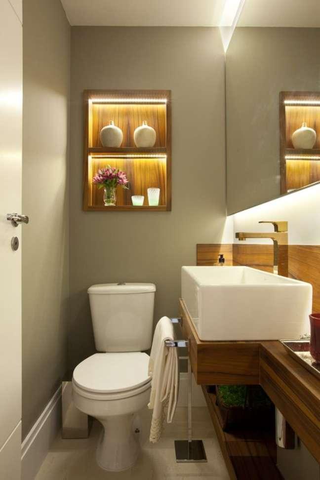 23. Banheiro com nicho de embutir de madeira – Foto Liliana Zenaro – Apt Pompéia