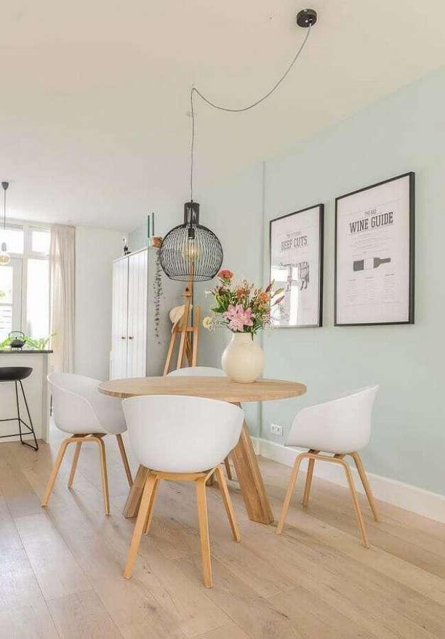 19. Decoração clean com mesa redonda e luminárias para sala de jantar pequena – Foto: Apartment Therapy