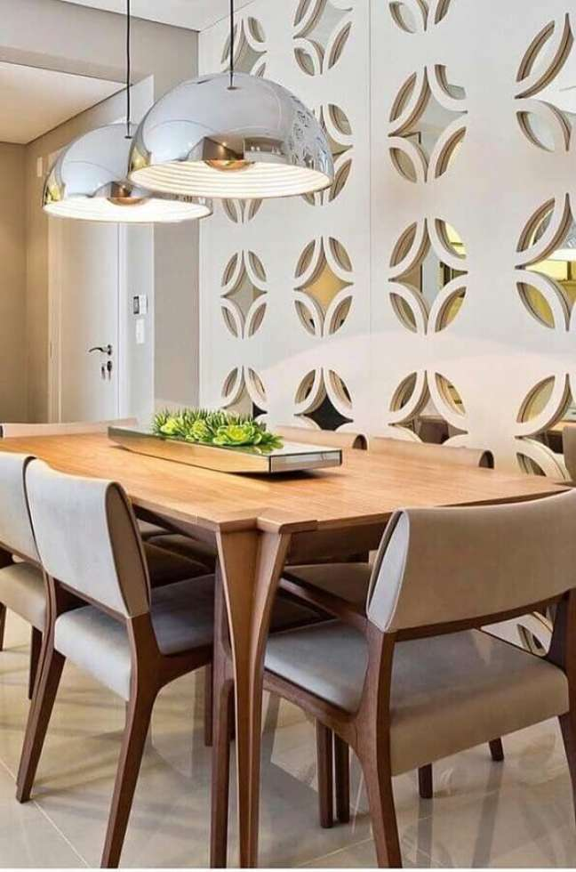33. Luminária de teto para sala de jantar decorada com cadeiras estofadas – Foto: Pinterest