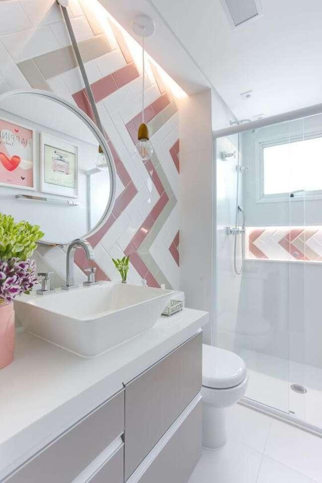 36. Porcelanato para banheiro branco e rosa com nicho embutido no box – Foto Arkpad
